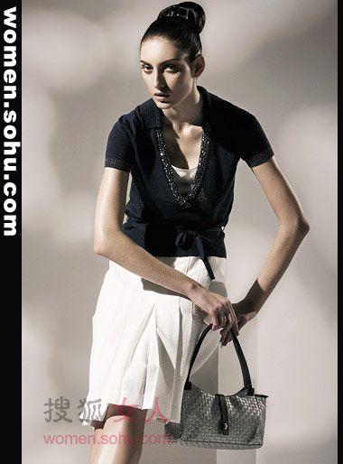 职场穿衣显瘦搭配是关键 成熟系百褶裙